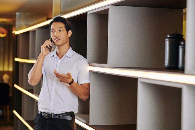 Uomo d'affari che chiama sul telefono