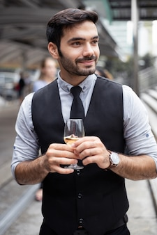 L'uomo d'affari celebra bevendo vino.
