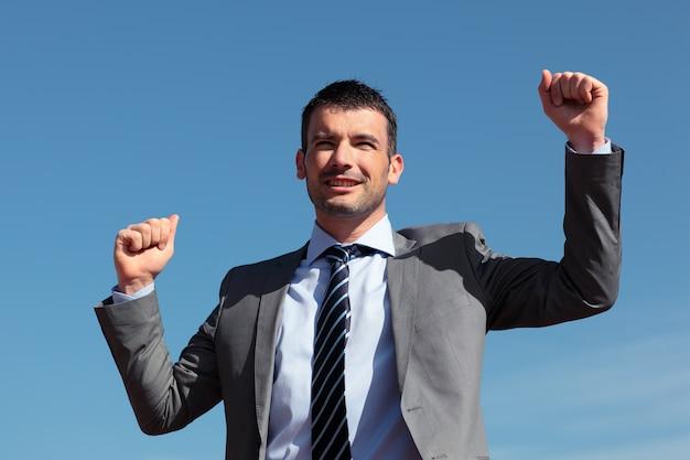 Uomo d'affari che celebra il successo