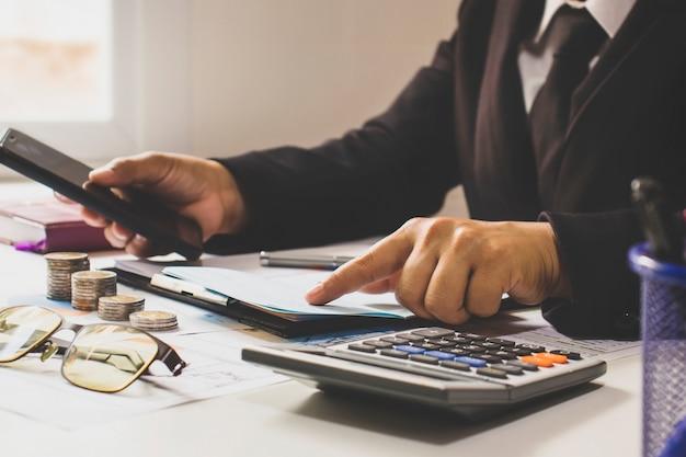 Uomo d'affari che controlla i rapporti finanziari al lavoro concetto di lavoro d'ufficio e successo sul lavoro