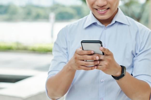 Uomo d'affari che controlla telefono