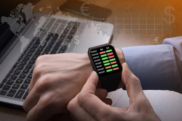 Uomo d'affari che controlla il prezzo del mercato azionario da orologio intelligente
