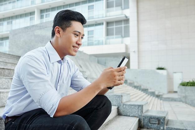 Uomo d'affari che controlla i messaggi di testo