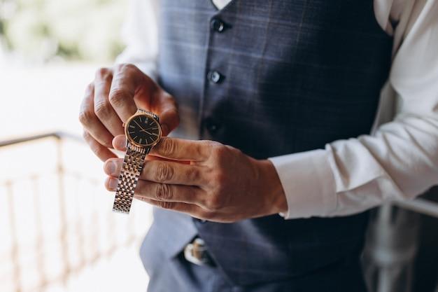 Uomo d'affari che controlla il tempo sul suo orologio da polso