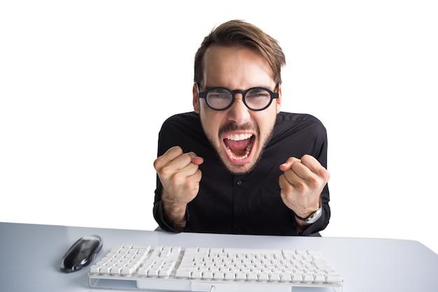 Uomo d'affari tifo davanti al suo computer