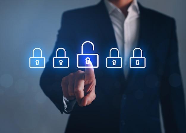 Scelta dell'uomo d'affari sblocco su schermi virtuali, tecnologia per attacchi informatici. concetto di sbloccare il business.