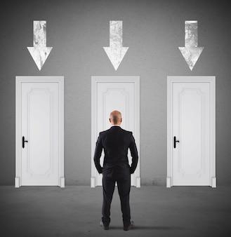 Uomo d'affari che sceglie la porta giusta in cui entrare
