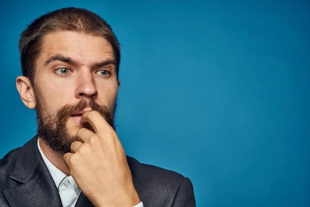 Uomo d'affari in abito classico sul modello di documenti di close-up ritratto sfondo blu