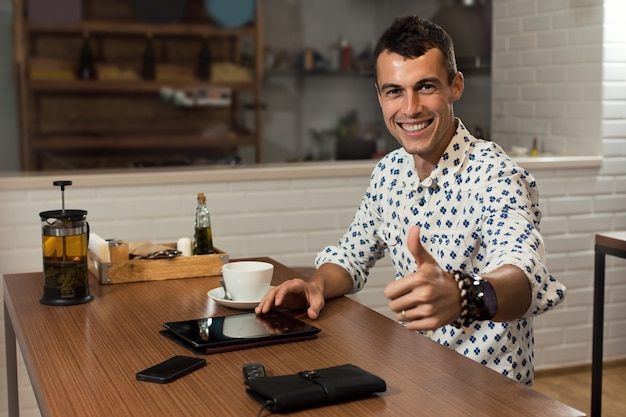 Uomo d'affari nella caffetteria