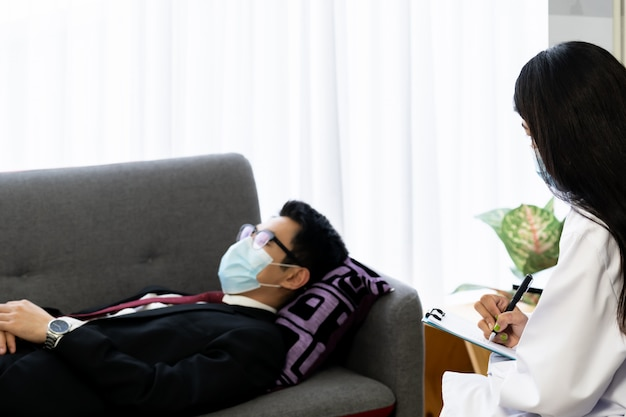 Uomo d'affari consultare il medico psicoterapeuta a casa per una buona salute mentale.