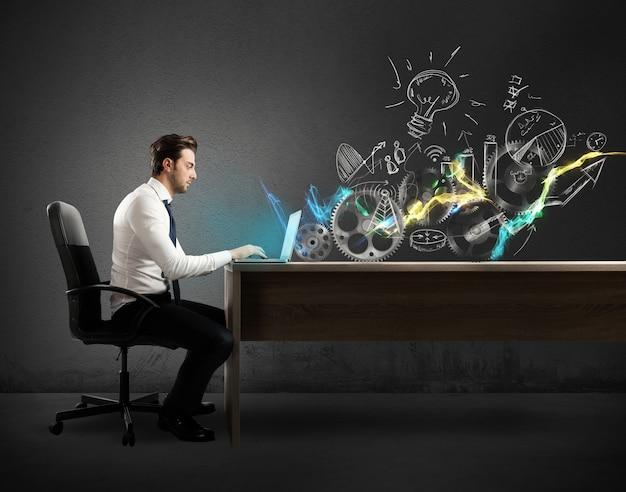 L'uomo d'affari in una scrivania lavora a un progetto creativo su una scrivania