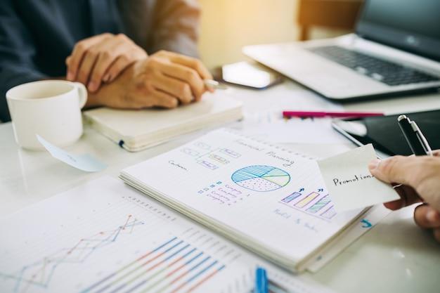L'uomo d'affari discute e analizza i risultati delle statistiche finanziarie dell'azienda