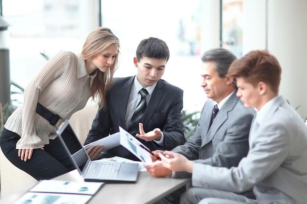 Imprenditore discutendo con i documenti di lavoro del team aziendale.