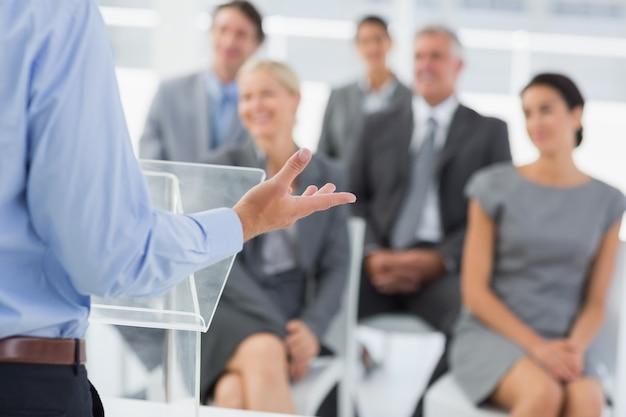 Uomo d'affari che fa la presentazione della conferenza