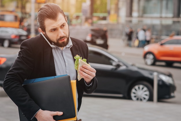 Uomo d'affari che fa più compiti. uomo d'affari multitasking.