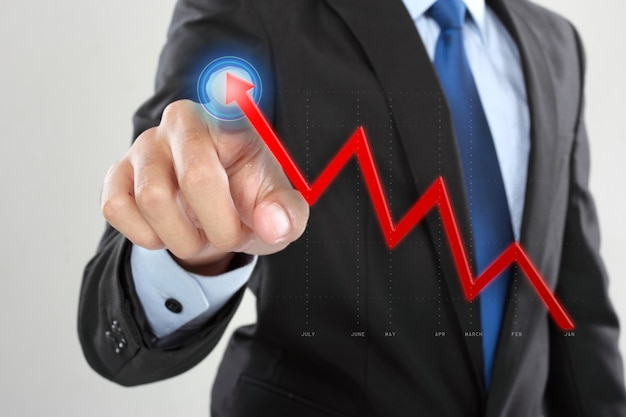 Trascinamento dell'uomo d'affari una freccia in aumento allo smartphone