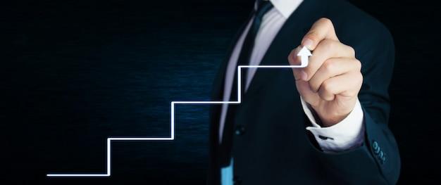 Freccia del disegno dell'uomo d'affari.