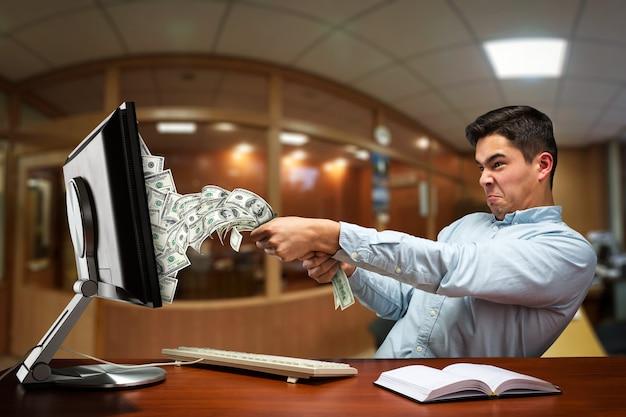 Uomo d'affari che estrae soldi