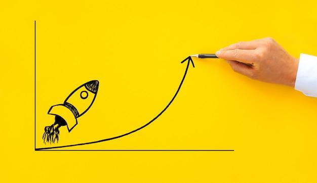 Imprenditore disegno a partire razzo con freccia di crescita