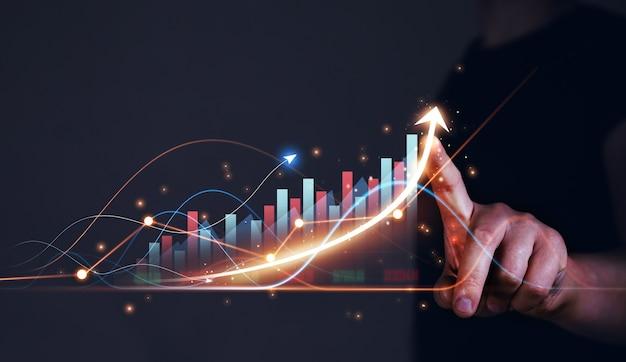 L'uomo d'affari disegna il grafico di crescita del business sviluppo della strategia aziendale e piano di crescita crescente