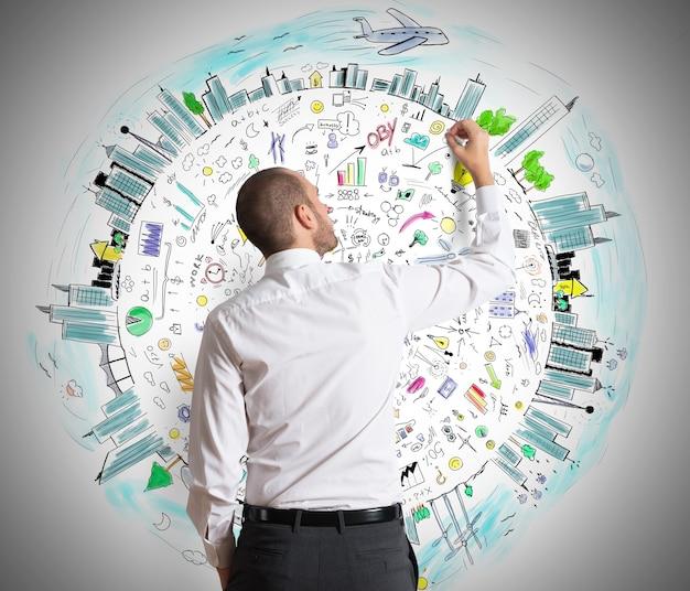 L'uomo d'affari disegna sul muro dei progetti di business