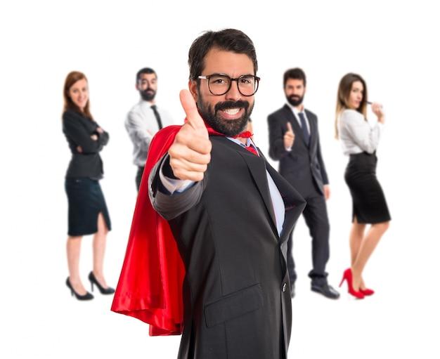 Uomo d'affari vestito come supereroe con il pollice in su