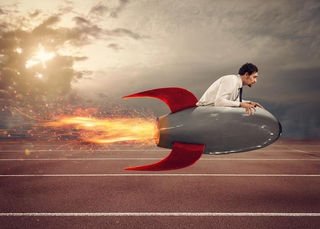 L'uomo d'affari guida un razzo veloce per vincere una sfida