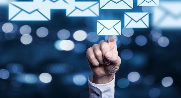 Concetto di posta elettronica dell'uomo d'affari