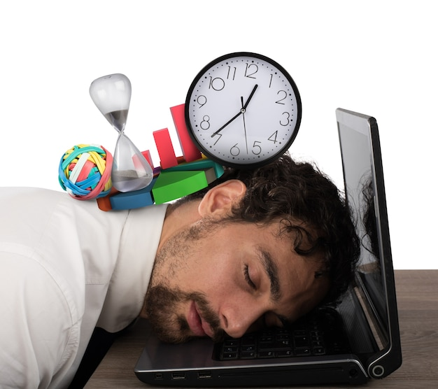 Uomo d'affari esaurito dalla crisi aziendale che dorme sul computer