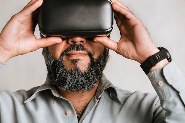 Uomo d'affari che sperimenta la realtà virtuale con le cuffie vr