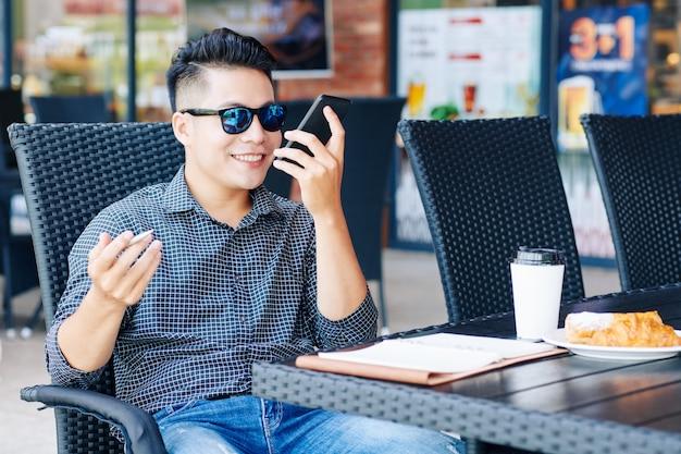 Uomo d'affari che spiega il lavoro sul telefono