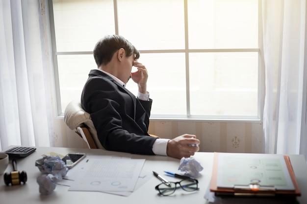 Uomo d'affari che si sente male e stanco. uomo d'affari che si sente stressato senza lavoro