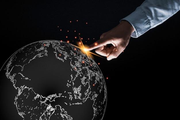 Punto e tocco del dito dell'uomo d'affari al mondo per lo scambio di dati e di dati della connessione globale.