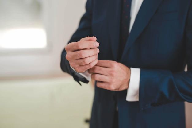 Uomo d'affari che misura il suo vestito classico