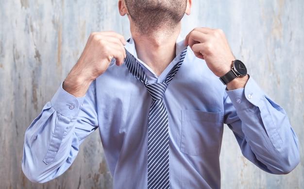Uomo d'affari che fissa la sua cravatta. moda, stile di vita