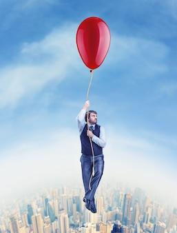 Uomo d'affari che vola sul grande pallone