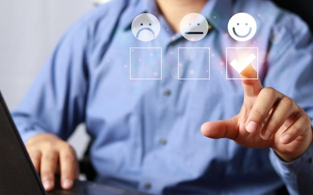 Uomo d'affari che dà valutazione con l'icona felice, concetto di esperienze del cliente. recensione positiva e feedback, uomo d'affari in tuta presente valutazione eccellente con icona sorridente per una soddisfazione.