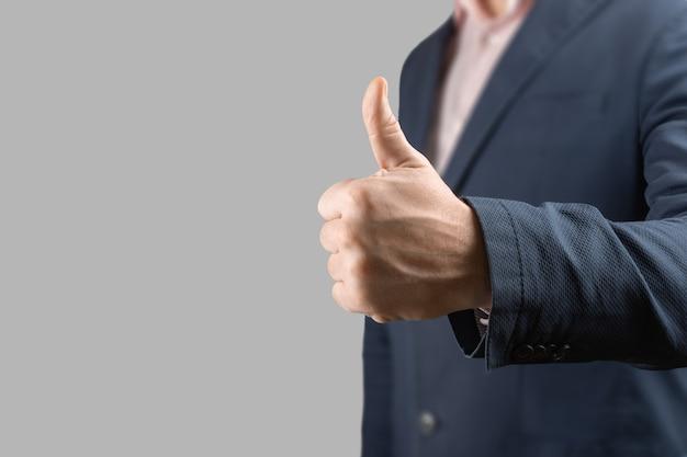 Uomo d'affari che dà i pollici in su come motivazione nel concetto di ufficio