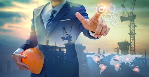 La mano dell'uomo d'affari disegna l'ingranaggio verso successo