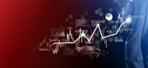 L'uomo d'affari in mano tiene il grafico della finanza aziendale bancaria e investe nel punto di investimento del mercato azionario, nella crescita economica e nel concetto di investitore. analisi del grafico del mercato azionario virtuale, analisi in base all'uso della tecnologia