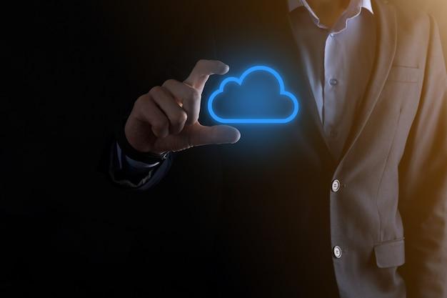 Mano di uomo d'affari che tiene il concetto di cloud computing nel palmo