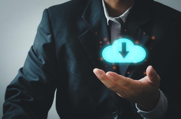 Mano di uomo d'affari che tiene nuvola digitale. concetto di affari