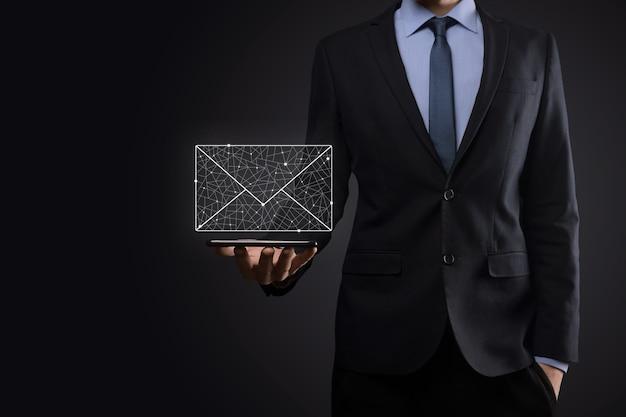 Icona dell'e-mail della holding della mano dell'uomo d'affari, contattaci tramite e-mail di newsletter e proteggi le tue informazioni personali dalla posta spam. il call center del servizio clienti contattaci concetto.