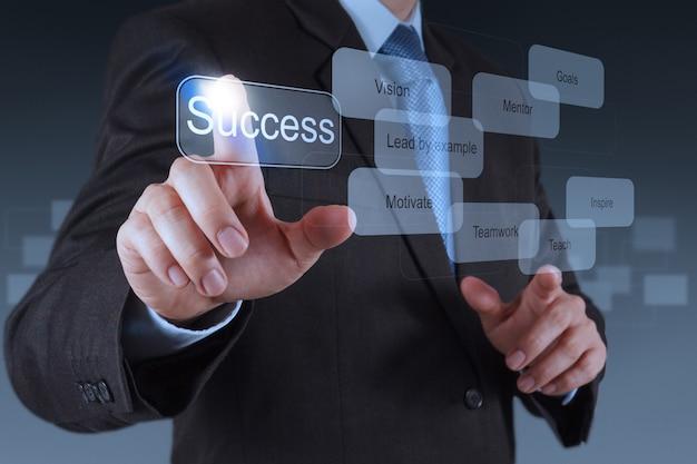 Mano di uomo d'affari che punta al diagramma di successo