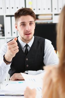 La mano dell'uomo d'affari minaccia i suoi impiegati assunti