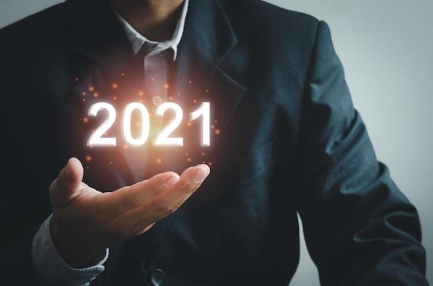 Mano dell'uomo d'affari che tocca sullo schermo virtuale 2021.