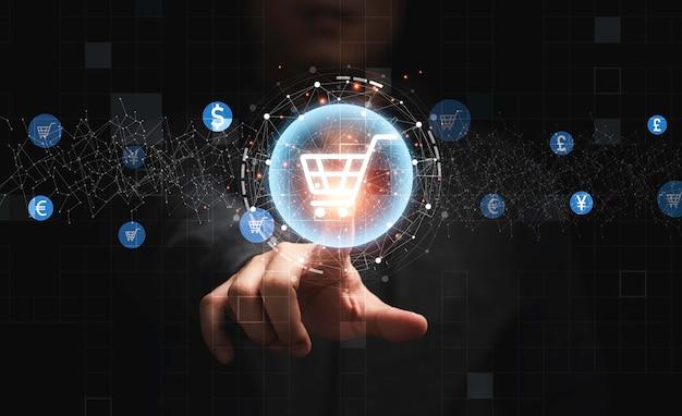 Mano dell'uomo d'affari che tocca la grafica delle informazioni virtuali con le icone del carrello del carrello, concetto di business dello shopping online di tecnologia.