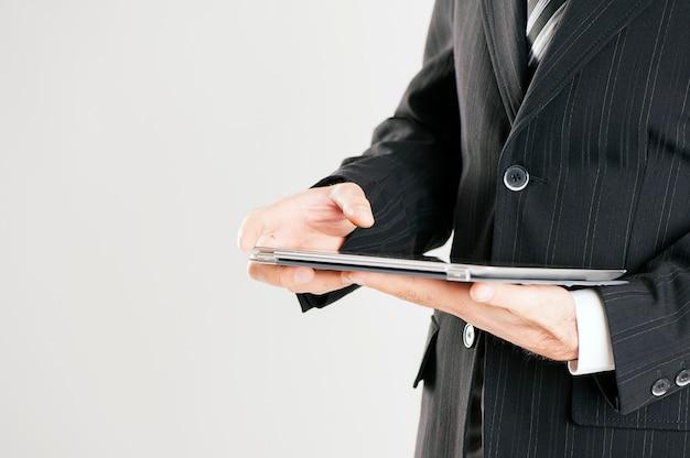 Mano dell'uomo d'affari utilizzando il computer tablet