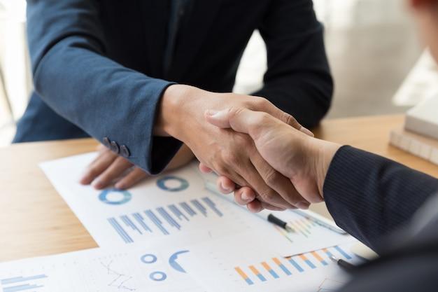 Handshake dell'uomo d'affari dopo la riunione nell'ufficio