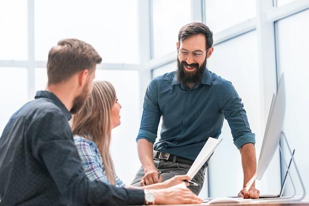 Uomo d'affari e il suo team aziendale sul posto di lavoro in ufficio